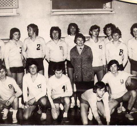 1972 rok - III pref Drużyna siatkarzy na chwilę przed zwycięstwem W środku oczywiście Pani prof. Wanda Seidel