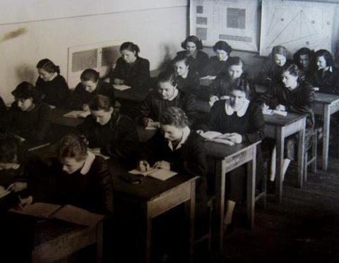 Klasa maturalna IV a pref.1955 r.- lekcja matematyki z wych.kl. mgr Walerią Marciniak,
