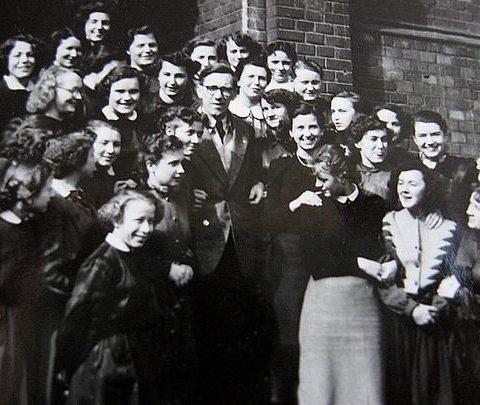 Klasa maturalna IV a pref.1955 r. z profesorem Przybyszem, na schodach budynku szkolnego od strony ul.Łąkowej.