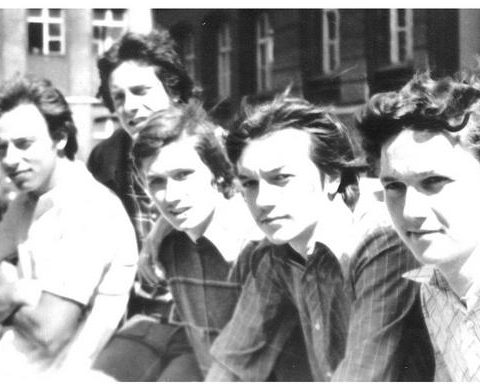 Rok 1976 przed szkołą Od lewej Andrzej Grządzielski, Zbyszek Wilandt, Ja, Jurek Zilm, Leszek Bela