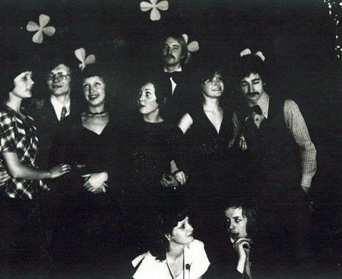 Studniówka szkolna... z dziewczynami z V dok Jasiu Piechowski (u góry), Krzysztof Trenerowski i Janek Borowczyk (klęczy)